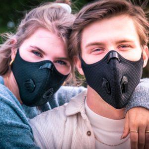 verliefd koppel met face masks