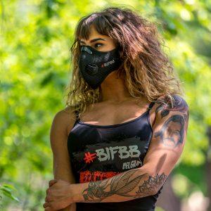 vrouw in het bos met masker